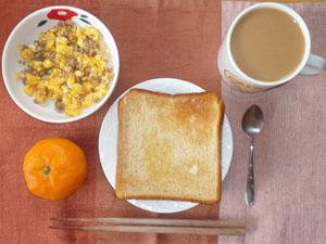 トースト,玉子と豚のそぼろ,ミカン,コーヒー