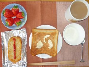 トースト,ハッシュドポテト,イチゴ,ヨーグルト,コーヒー