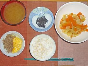 ご飯,昆布の佃煮,スクランブルエッグとそぼろ,野菜炒め,ワカメのみそ汁