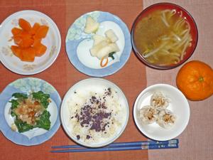 ゆかりふりかけご飯,シュウマイ,ニンジンの煮物,大根の漬物,ほうれん草のおひたし,みそ汁,ミカン