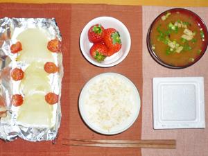 納豆ご飯,焼きトマト,焼き玉ねぎ,みそ汁,イチゴ