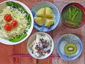 ゆかりご飯,サラダ,ジャガイモ,ほうれん草のみそ汁,キウイフルーツ