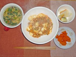 麻婆豆腐丼,ニンジンの煮物,大根の漬物,中華スープ