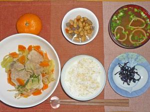 ご飯,昆布の佃煮,肉野菜炒め,煮豆,みそ汁,ミカン