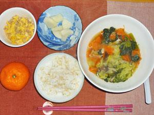 ご飯,玉子と豚肉のそぼろ,野菜たっぷりスープ,大根の漬物,ミカン
