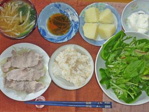 ご飯,豚しゃぶと蒸し玉ねぎ,グリーンサラダ,もやしとほうれん草のみそ汁,ふかしジャガイモ,ヨーグルト