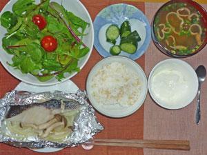 ご飯,鱈のバター蒸し玉ねぎとキノコ添え,グリーンサラダ,きゅうりの漬物,みそ汁,ヨーグルト
