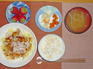 ご飯,豚しゃぶとキャベツの蒸し煮,ニンジンの煮物,大根の漬物,もやしのみそ汁,イチゴ