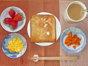 トースト,スクランブルエッグ,ニンジンの煮物,イチゴ,コーヒー