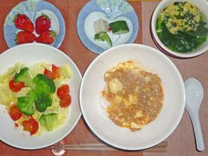 麻婆豆腐丼,蒸し野菜,漬物,玉子とほうれん草のスープ,イチゴ