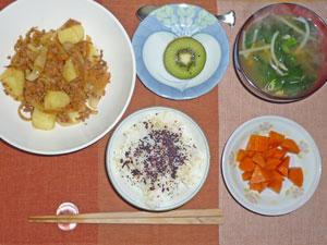 ゆかりご飯,ジャガイモと玉ねぎの炒め物,もやしとほうれん草のみそ汁,ニンジンの煮物,キウイフルーツ