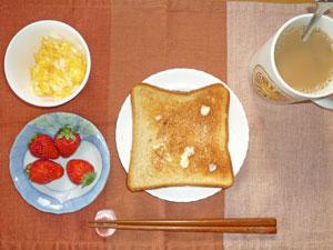 トースト,スクランブルエッグ,イチゴ,コーヒー