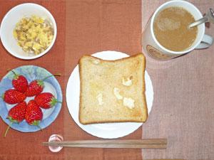 トースト,ひき肉入りスクランブルエッグ,イチゴ,コーヒー