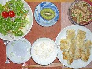 ご飯,ひとくち餃子,サラダ,納豆のみそ汁,キウイフルーツ