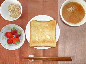 トースト,ツナ,トマトスープ,イチゴ