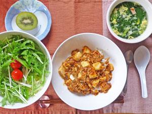 麻婆豆腐丼,グリーンサラダ,玉子スープ,キウイフルーツ