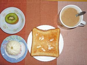 トースト,肉まん,キウイフルーツ,コーヒー