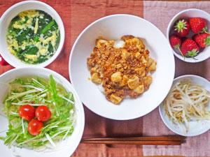 麻婆豆腐丼,もやしの蒸し物,サラダ,中華スープ