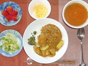 カレーライス,スクランブルエッグ,白菜の漬物,トマトスープ,イチゴ