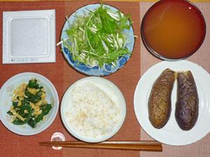 納豆ご飯,ほうれん草と玉子の炒め物,サラダ,茄子のオーブン焼き,みそ汁