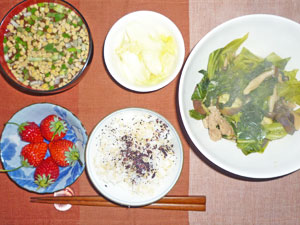ゆかりご飯,肉野菜炒め,白菜の漬物,納豆のみそ汁,イチゴ