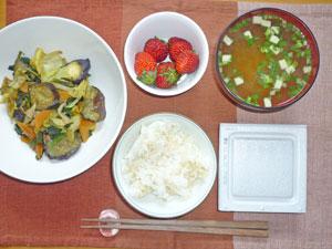 納豆ご飯,野菜炒め,みそ汁,イチゴ
