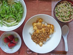 麻婆豆腐丼,サラダ,納豆汁,イチゴ