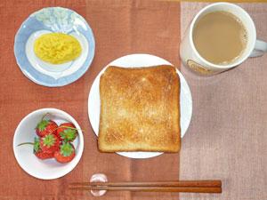 トースト,プチオムレツ,イチゴ,コーヒー