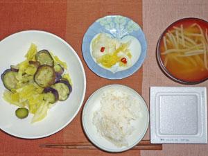 納豆ご飯,キャベツと茄子の蒸し煮,白菜の漬物,もやしのみそ汁