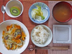 納豆ご飯,野菜の蒸し煮,白菜の漬物,おみそ汁,キウイフルーツ