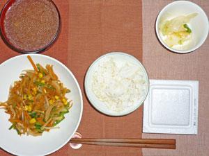納豆ご飯,野菜の甘味噌炒め,白菜の漬物,豚汁