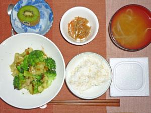納豆ご飯,ブロッコリーとなすのあんかけ,もやしのみそ汁,キンピラゴボウ,キウイフルー