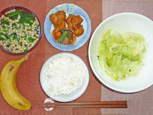 ご飯,鶏肉のから揚げ,キャベツの蒸し煮,煮物,納豆汁,バナナ