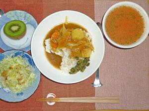 カレーライス,プチサラダ,キウイフルーツ,トマトスープ