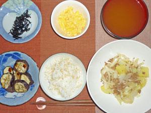 ご飯,ジャガイモと玉ねぎのひき肉炒め,なすのオーブン焼き,スクランブルエッグ,ほうれん草のみそ汁,こぶ