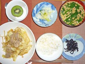 ご飯,昆布の佃煮,肉野菜炒め,白菜の漬物,ほうれん草と納豆のみそ汁