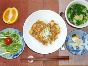 麻婆豆腐丼,サラダ,大根の漬物,玉子スープ,オレンジ