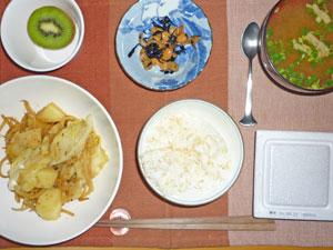 納豆ご飯,ジャガイモ入り野菜炒め,ひじきの煮豆,みそ汁,キウイフルーツ