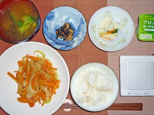 納豆ご飯,人参と玉ねぎの炒め物,大根の漬物,ひじきの煮豆,ブロッコリーとわかめのみそ汁,ヨーグルト