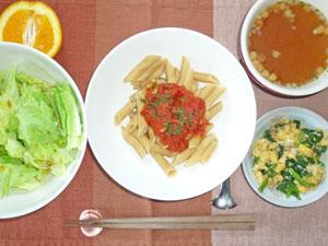 ペンネアラビアータ,キャベツの蒸し煮,ほうれん草入りスクランブルエッグ,オニオンスープ,オレンジ