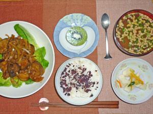 ゆかりご飯,茄子と玉ねぎの甘味噌炒め,大根の漬物,納豆汁,キウイフルーツ