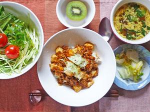 麻婆豆腐丼,サラダ,白菜の漬物,中華スープ,キウイフルーツ
