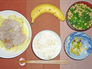 ご飯,豚しゃぶとキャベツ蒸しの梅酢ソース,白菜の漬物,ほうれん草の納豆汁,バナナ
