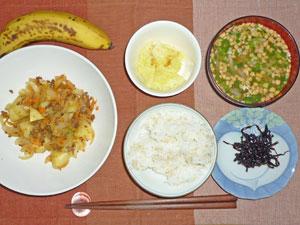 ご飯,昆布の佃煮,ジャガイモと玉ねぎの炒め物,キャベツのレンジ蒸し,モヤシの納豆汁,バナナ