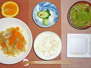 納豆ご飯,キャベツとニンジンの蒸し煮,水菜のみそ汁,カブときゅうりの漬物,オレンジ