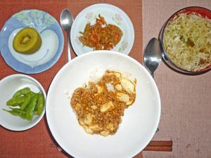 麻婆豆腐丼,キンピラゴボウ,枝豆,キャベツのみそ汁,キウイフルーツ