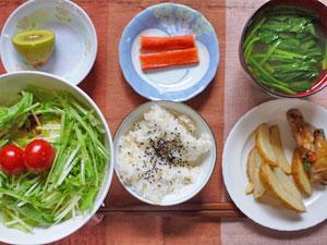 ご飯,野菜の肉巻き,カニ風味かまぼこ,ポテト,サラダ,小松菜のみそ汁,キウイフルーツ