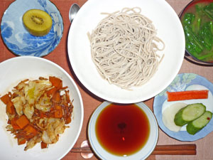 蕎麦,野菜炒め,漬物,カニカマ,ほうれん草のみそ汁,キウイフルーツ