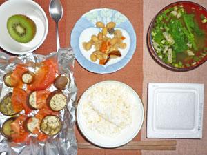 納豆ご飯,トマトとナスのオーブン焼き,豆,ほうれん草のみそ汁,キウイフルーツ