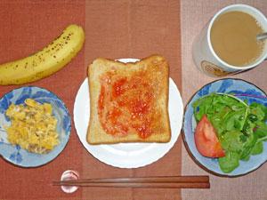 イチゴジャムトースト,スクランブルエッグ,トマトとベビーリーフのサラダ,バナナ,コーヒー